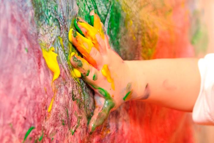 Pintar con el cuerpo actividades de educaci n infantil - Ninos pintando con las manos ...