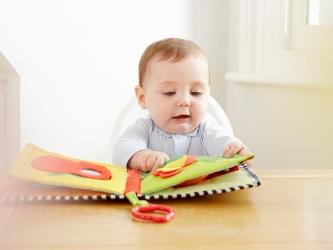 Es importante leer libros a tus hijos desde que son bebés.